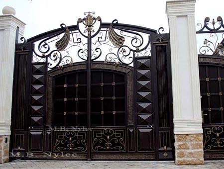 Pełna brama wjazdowa do rezydencji bp84