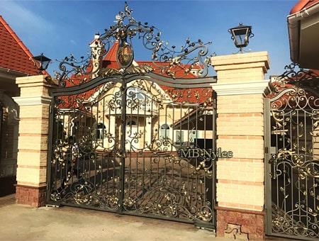 brama ze stałą koroną i herbem bp184