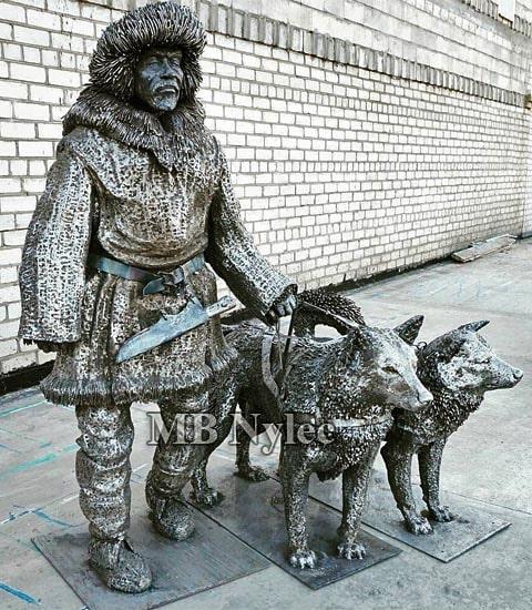 Eskimos z psami-rzeźba z metalu