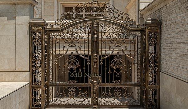 brama z słupami metalowymi