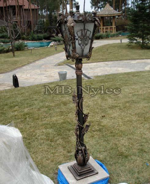 Stalowa lampa kuta