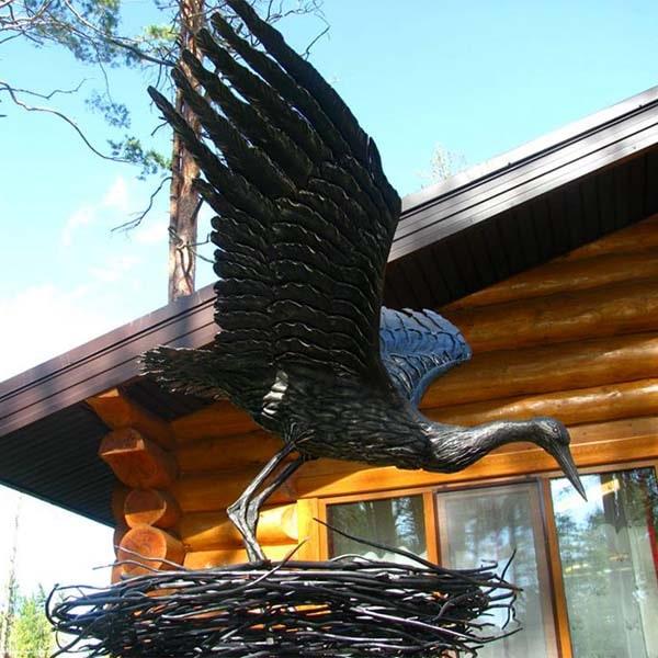 rzeźby z metalu - figury stalowe - bocian w gnieździe wykuty ze stali