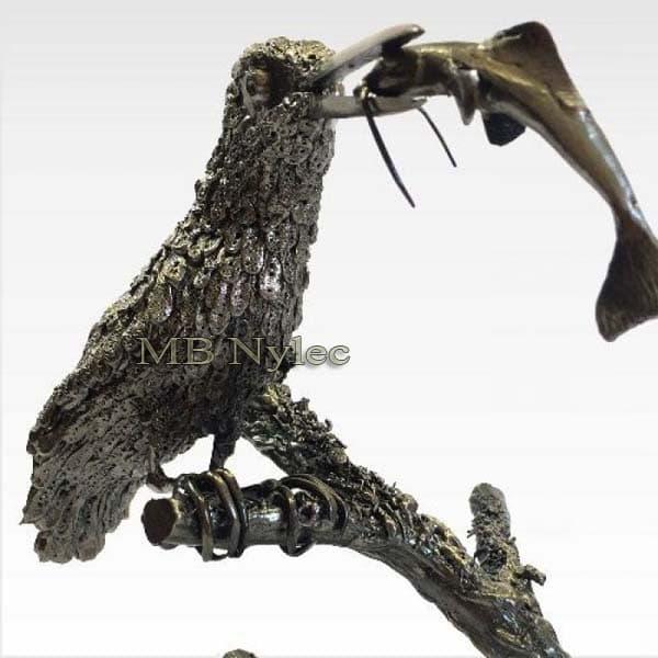 rzeźby z metalu - zimorodek z rybą ze stali