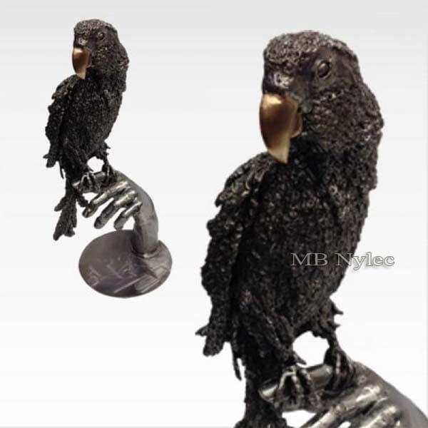 rzeźby ze stali - papuga na ręce - metaloplastyka - kowalstwo Dębica
