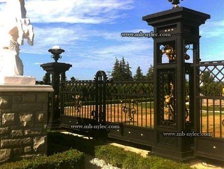 kute ogrodzenie pałacowe z ażurowymi słupami