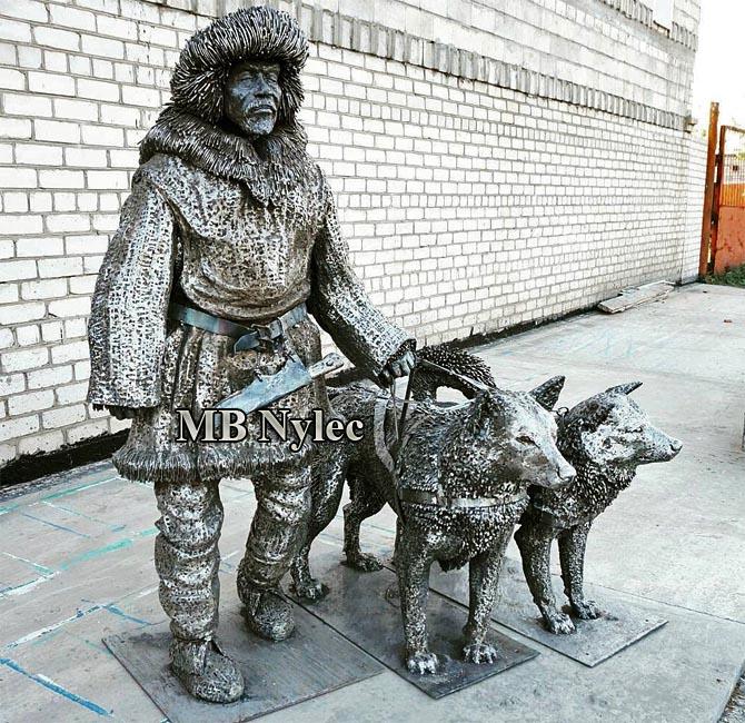 Eskimos z psami husky rzeźby ze stali dębica