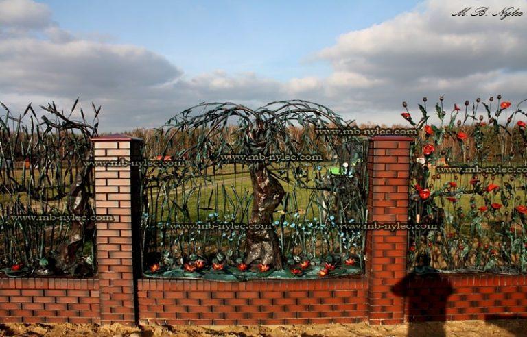 kute ogrodzenie roślinne - metaloplastyka