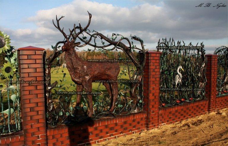 ogrodzenie kute z jeleniem - rzeźby ze stali