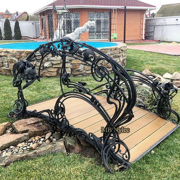 Designerski kuty mostek ogrodowy