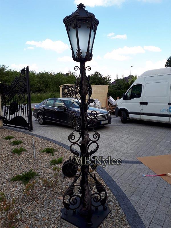 Eleganckie lampy ogrodowe
