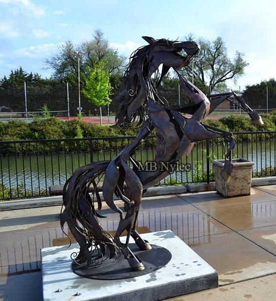 Figura posąg ze stali koń na postumencie