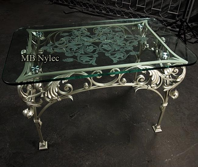 kuty stół z akantami w stylu glamour