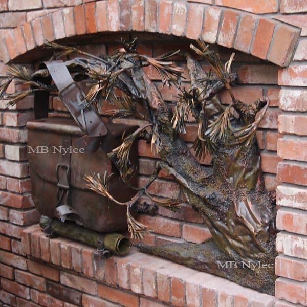 płaskorzeźby ze stali - skrzynka na listy z drzewem bonsai - kowalstwo artystyczne MB Nylec