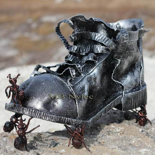 rzeźby z metalu - but z metalu - kompozycja but i mrówki ze stali - metaloplastyka