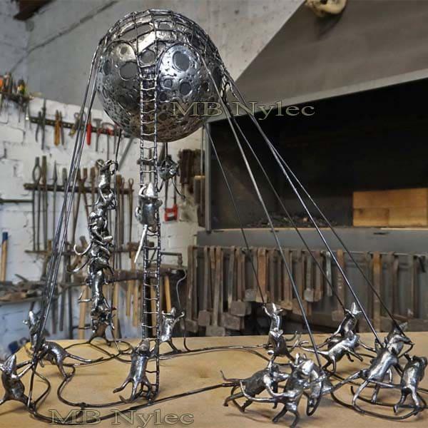rzeźby z metalu - kompozycja - myszy trzymające księżyc - metaloplastyka produkcja