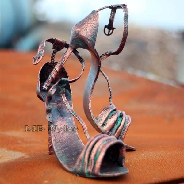 rzeźby z metalu - szpilki damskie - damskie buty ze stali - metaloplastyka Dębica