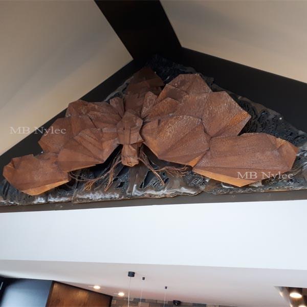rzeźby z metalu - wystawa figur stalowych - ćma ze stali - płaskorzeźba
