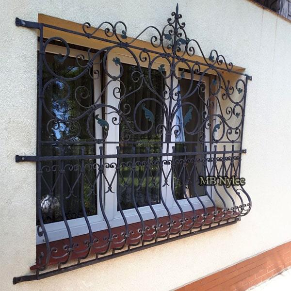 Klasyczna kuta krata okienna