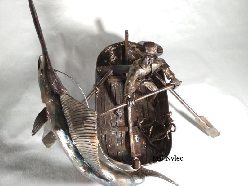 figura rybaka na łodzi