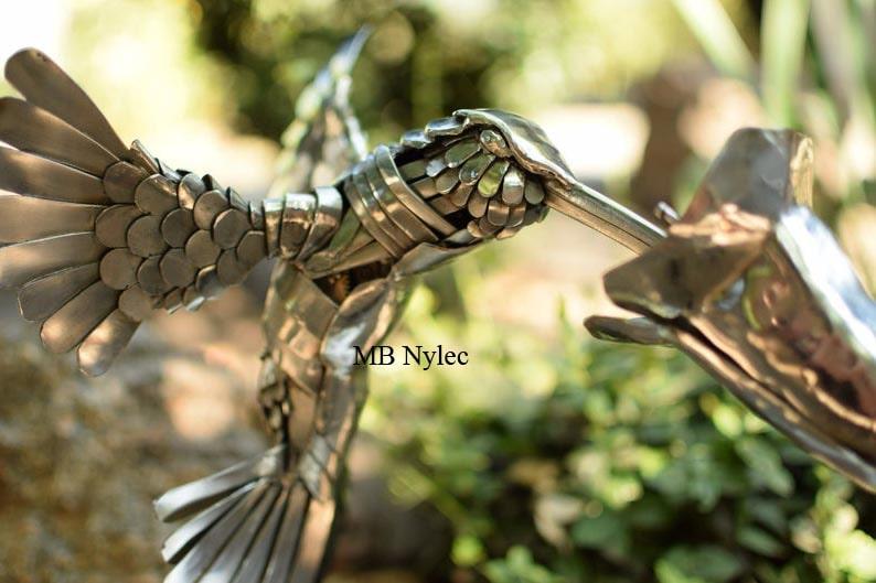 koliber z kwiatem rzeźba ze stali