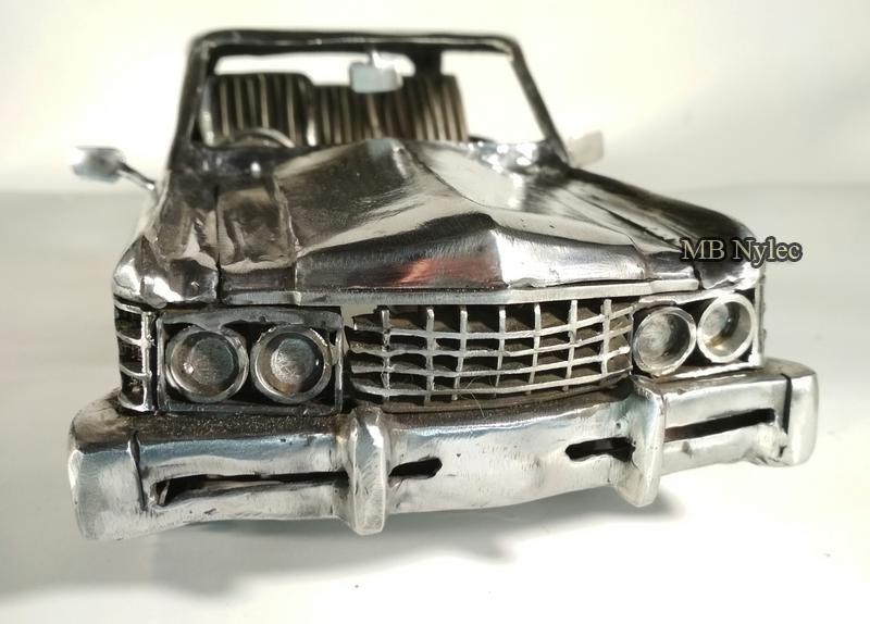 ręcznie kute rzeźby samochodów