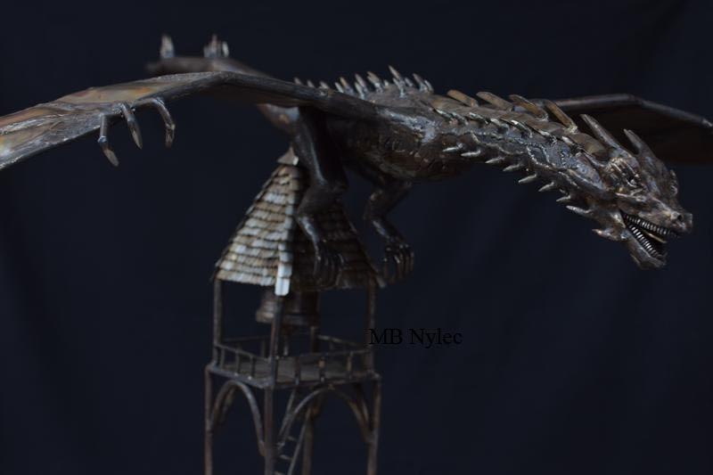 rzeźba stalowa smok na wieży