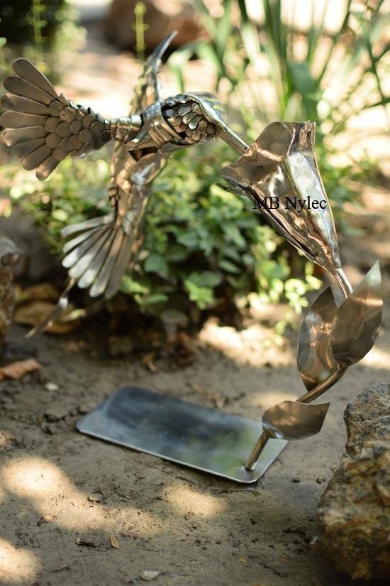rzeźba ze stali koliber i kwiat