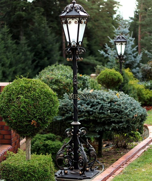 Elegancka lampa ogrodowa