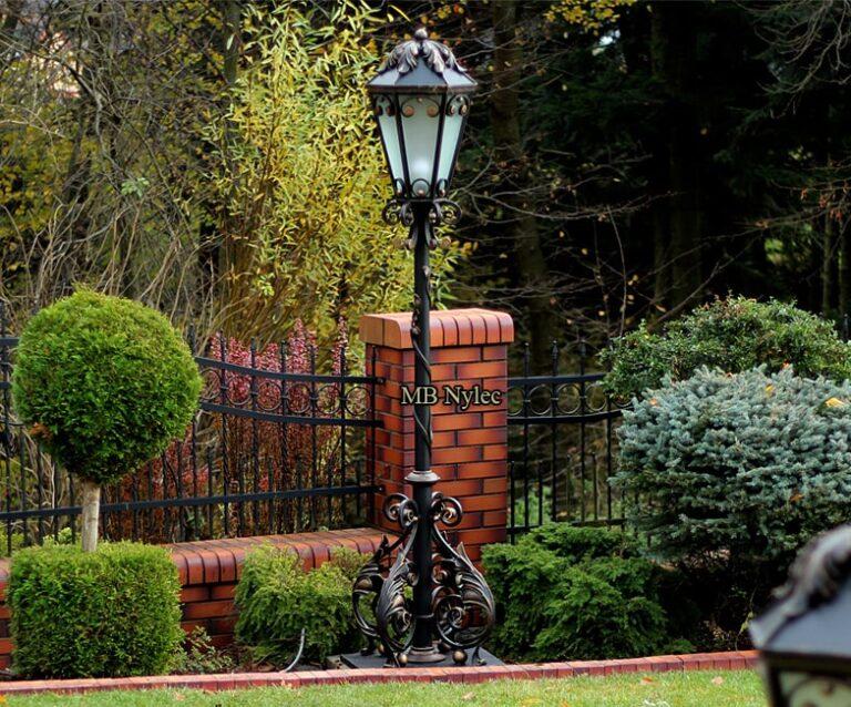 Tradycyjna lampa ogrodowa