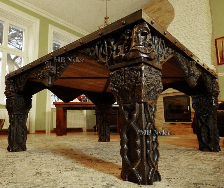 Kuty stół zakonu krzyżackiego z czarnego dębu