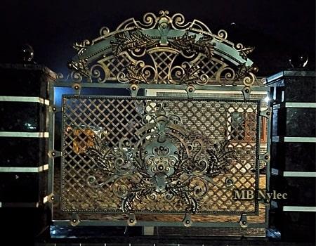 Masywne metalowe ogrodzenie kute
