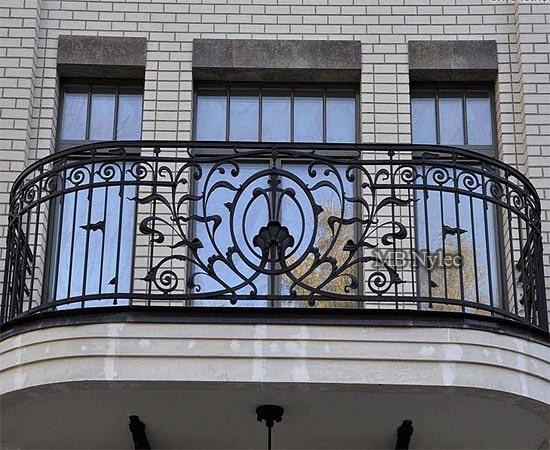 delikatna balustrada balkonowa