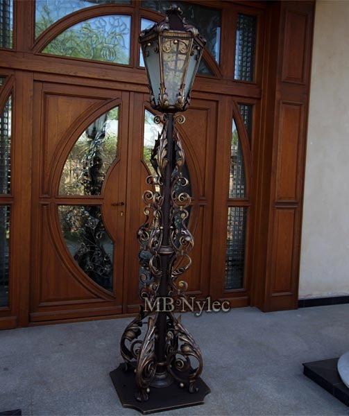 Elegancka kuta latarnia stojąca